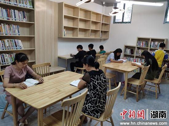 小区居民正在安静的图书馆阅读。