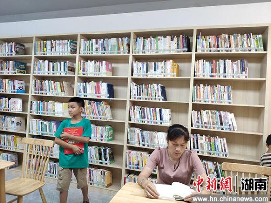 小区居民在阅读。