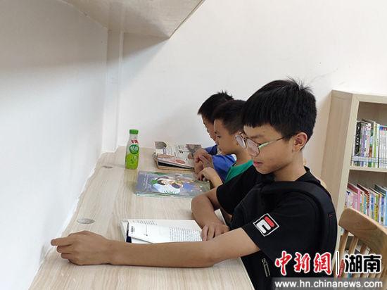 小学生放学后到图书馆看书。