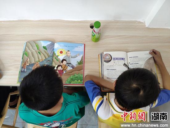 小学生在看书。