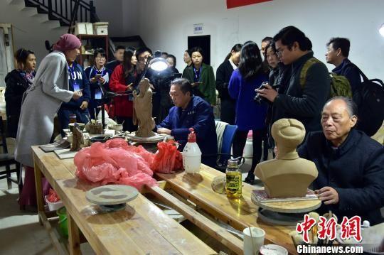 """外媒记者采访非物质文化""""长沙铜官窑烧制技艺""""传承人。 刘着之 摄"""