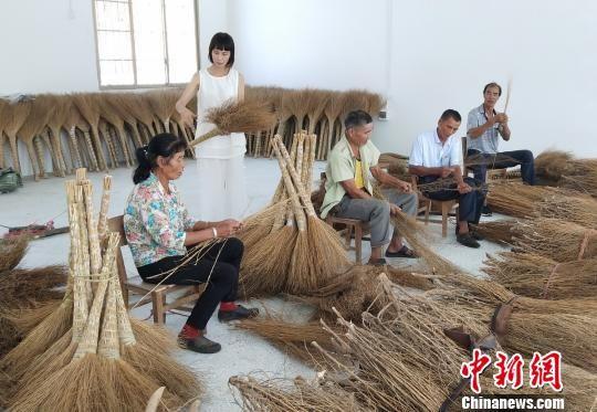 老人们正在制作扫帚。 陈健林 摄