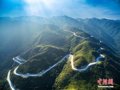 盘南山而上的边南公路。邵阳市交通运输局提供