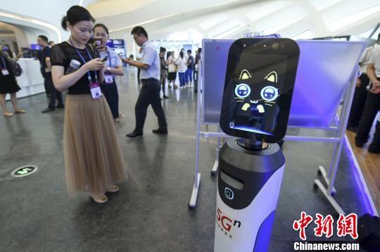 2019天下盘算机大会现场的智能扶引呆板人。 杨华峰 摄