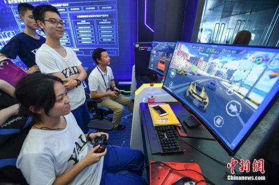 观众在国产电脑上体验电竞游戏,这些电脑的主机接纳的是国产的飞扬CPU和麒麟OS。 杨华峰 摄