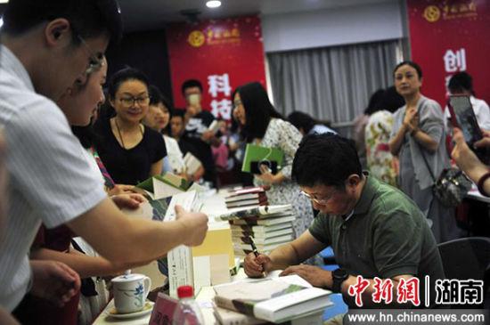 阿来签名赠书,受到热捧。