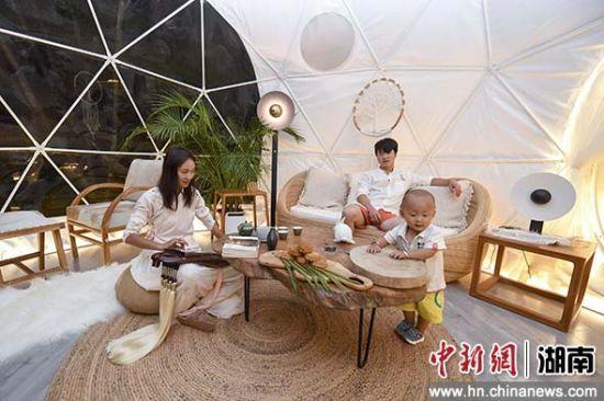 一家人在民宿内互动。