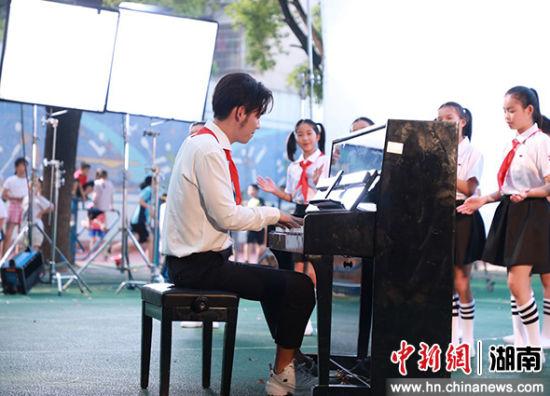 何宜霖献上了钢琴伴奏。