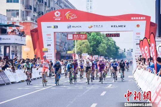 2019第十届环中国国际公路自行车赛湖南南县站开赛。 环中国组委会 摄