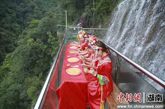 瑶、畲民众比拼吃月饼。