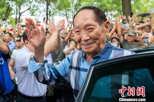 袁隆平遭到湖南农业大学先生热烈欢送。 熊阳俊 摄