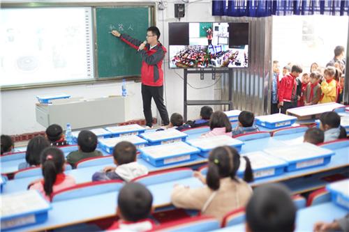 """10月9日,中国平安""""村教工程""""走进湘西,让孩子们近距离学习机器人搭建和编程,开启科技的大门。"""