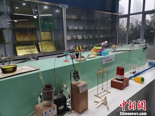 长沙周南梅溪湖中学创客任务室内会合了一批先生创造及各种获奖证书。 刘曼 摄