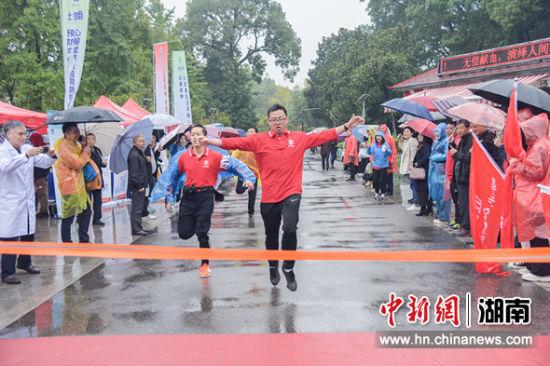 医务人员雨中赛跑呼吁健康生活远离卒中。 蒋泉潜 摄