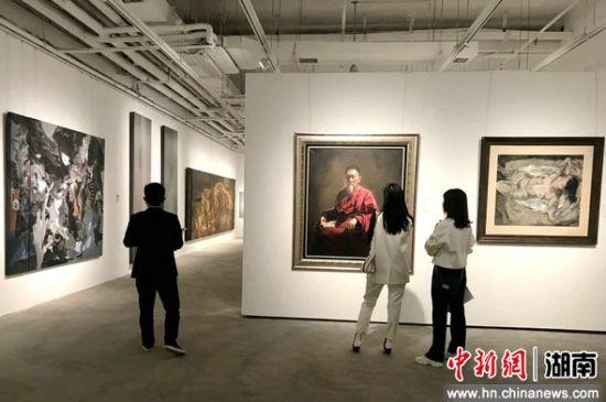 观众欣赏向日葵美术馆馆藏作品。
