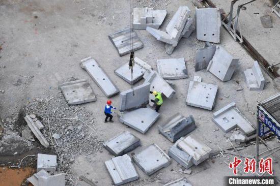 新城国际花都C10栋楼下堆满了切割下来的水泥块。 杨华峰 摄