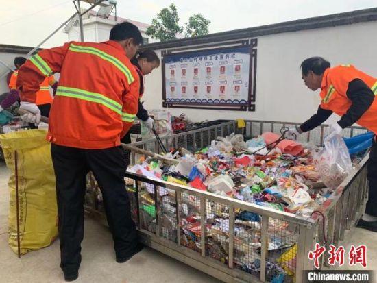垃圾分拣员二次分拣从农户家中收来的垃圾。 鲁毅 摄