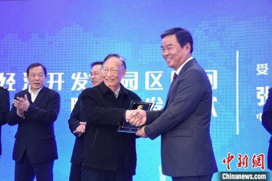 湖南省政府副省长何报翔(右一)为张仁和院士(右二)颁发园区顾问聘书。主办方供图