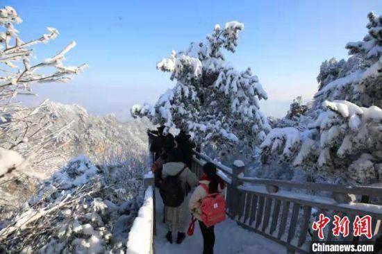 游人欣赏张家界武陵源雪后美景(资料图)。 吴勇兵 摄