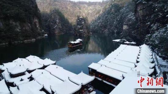 张家界宝峰湖雪后美景(资料图)。 吴勇兵 摄