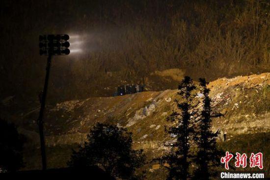 爆炸现场搭起了大型照明灯。 杨华峰 摄