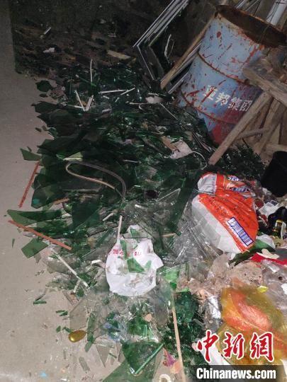 民房旁的路上堆满了玻璃碎渣。 王昊昊 摄
