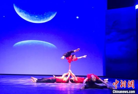发布会上,湖南省杂技艺术剧院年轻演员表演的杂技节目。 邓霞 摄
