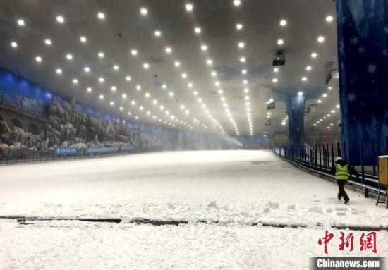 已经覆上厚厚积雪的滑雪道。 邓霞 摄