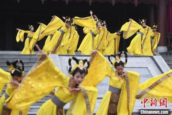国潮庙会上的古装舞蹈表演。 杨华峰 摄
