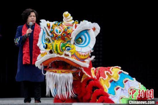佛山扎作狮头第五代传承人黎婉珍介绍狮头的制作方式。 杨华峰 摄