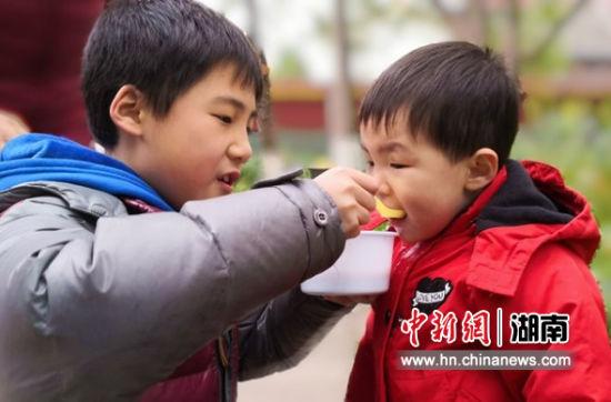 小朋友喝粥。