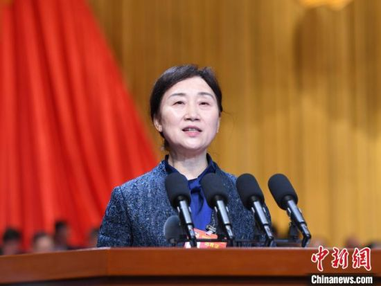 湖南省政协主席李微微作工作报告。 杨华峰 摄