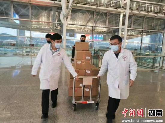 工作人员运送物资。广铁集团供图