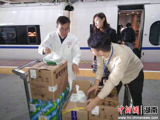 工作人员将物资搬上火车。广铁集团供图