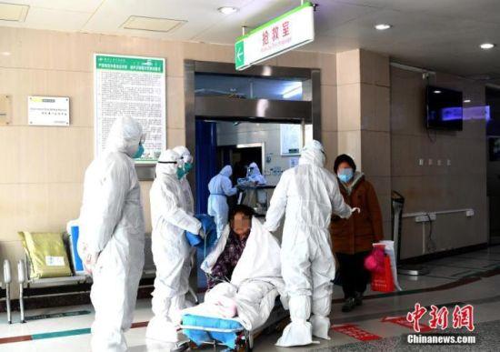 资料图:医务人员正在对患者进行分诊救治。中新社记者 安源 摄