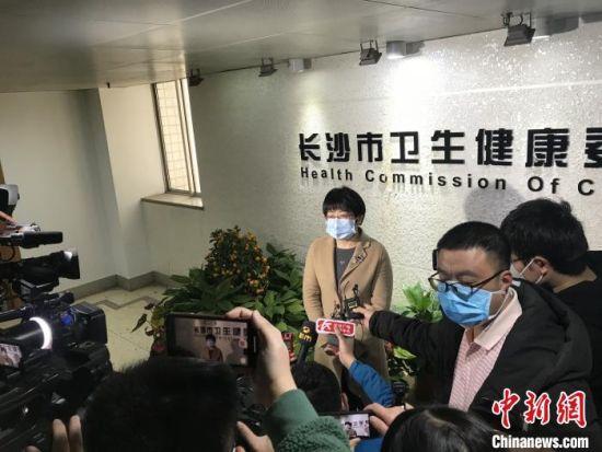 长沙市第一医院院长刘激扬介绍患者救治情况。 莫凡 摄