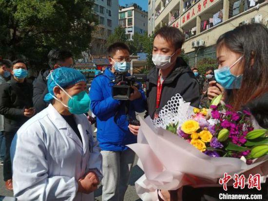 郴州市首例治愈的新型冠状病毒感染的肺炎患者邓某某出院。 郴州市第二人民医院供图