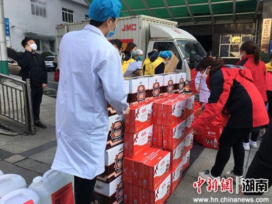 湖南浏阳多家爱心企业为抗疫一线捐赠价值30万元的物资。