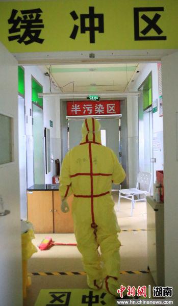 穿(chuan)好防�o服的�立(li)普�(jing)�^��_�^走(zou)向隔�x病房。