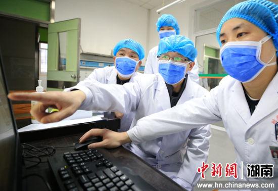 �立(li)普(右二(er))在隔�x病�^清���^的�t生值班室�c�tjiao)?嗽�liao)解患者的病情。