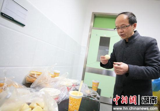 2月5日,�立(li)普上班前在隔�x病�^的清���^吃早(zao)餐。