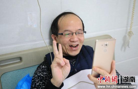 2月5日,�立(li)普上班前在隔�x�^的宿(su)舍(she)里�c家人��l聊天。�M入隔�x病�^後,他就tong)宰《du)在�@里。�c家人的�系就全部靠手�C(ji)了(liao)。