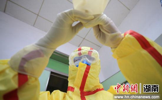2月5日,�立(li)普在隔�x病�^更衣(yi)室穿(chuan)戴防�o用品。