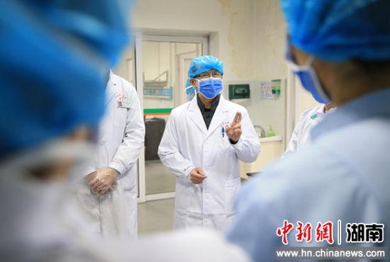 2月5日,�立(li)普在隔�x病�^清���^的�t生交(jiao)接班��(hui)上布置��日的工作和(he)救(jiu)治方案。