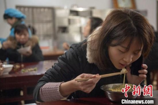 伍海��(wan)�吃��接听(ting)�(dian)�(hua)。 肖毅 �z
