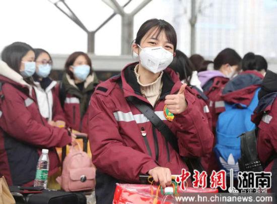 图为中南大学湘雅医院第三批援鄂国家医疗队出征前,张琪在长沙火车南站留影。