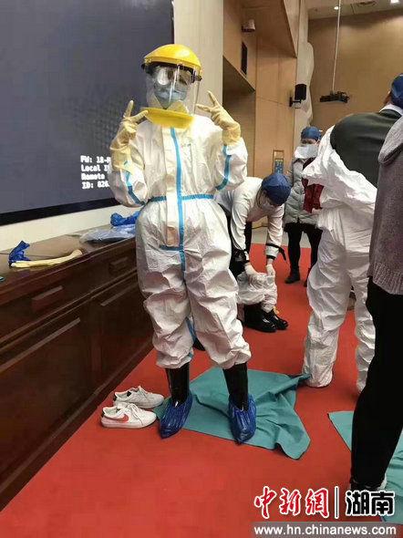 图为在进入病区前,同事帮张琪拍了一张全副武装的照片。