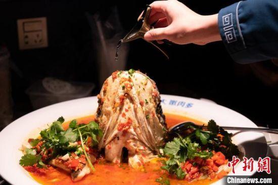 """获""""中华饮食文化遗产""""称号的湘菜代表坛宗剁椒鱼头。 杨华峰 摄"""
