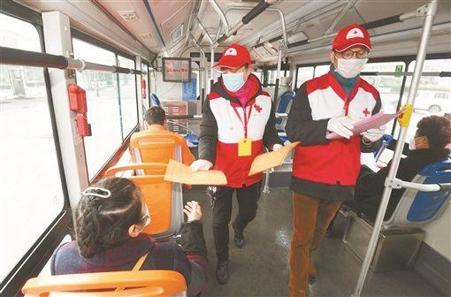 2月13日,长沙火车站,交通集团湖南巴士志愿者在给公交车乘客宣传防疫知识。 湖南日报・华声在线记者 田超 通讯员 梁鑫裕 摄影报道