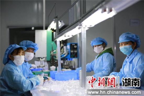 为驰援武汉雷神山、火神山医院的医疗设备,位于宁乡高新区的生产氧气面罩和鼻撑架的骏越科技紧急复产。